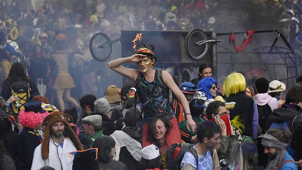 Menschen in Kostümen genießen einen nicht genehmigten Karneval in der Straße Canebiere. Rund 6500 Menschen haben in der südfranzösischen Hafenstadt Marseille an einem ungenehmigten Karnevalsumzug teilgenommen. Foto: Christophe Simon/AFP/dpa