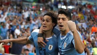 Edinson Cavani feiert seinen späten Kopfballtreffer mit Teamkollege Luis Suarez