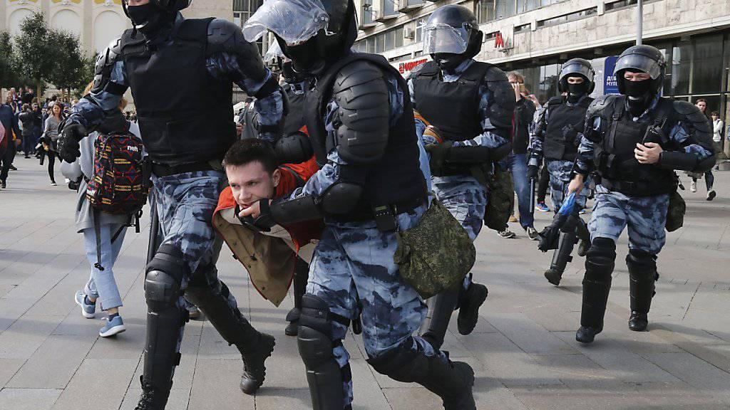 Bei der nicht bewilligten Demonstration in Moskau nahm die Polizei erneut hunderte Menschen in Gewahrsam.