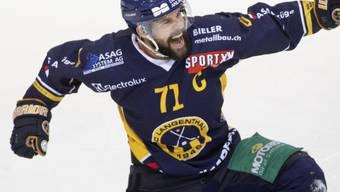 Captain Stefan Tschannen kann auch in der neuen Saison mit Langenthal bereits wieder jubeln
