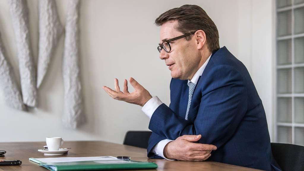 Beni Würth präsentiert die Staatsrechnung 2018.