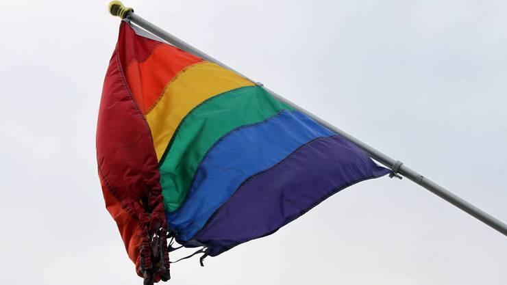 Eine teilweise zerstörte Regenbogenfahne, das internationale Symbol für lesbische, schwule, bisexuelle und transsexuelle (LGBT) Menschen. (Symbolbild)