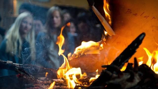 Zuschauer betrachten die brennende Kunst