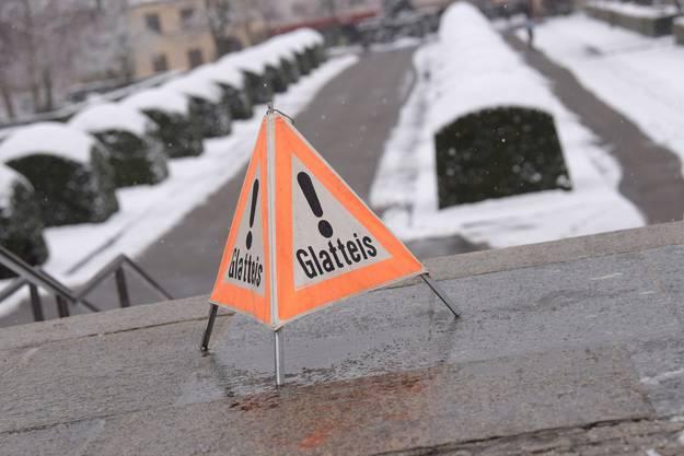Nicht nur für Autofahrer auf den Strassen ist Vorsicht geboten; vom Glatteis sind auch Fussgänger betroffen.