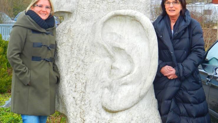Miriam Salzmann und ihre Tante Franziska Ritter-Kofmehl (rechts) vor der Steinfigur, die auf dem Gelände der ehemaligen Sägerei vor dem Kofmehl-Huus steht.