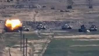 In diesem Bild vom armenischen Verteidigungsministerium am Sonntag, dem 27. September 2020, zerstört die armenische Armee aserbaidschanische Panzer.