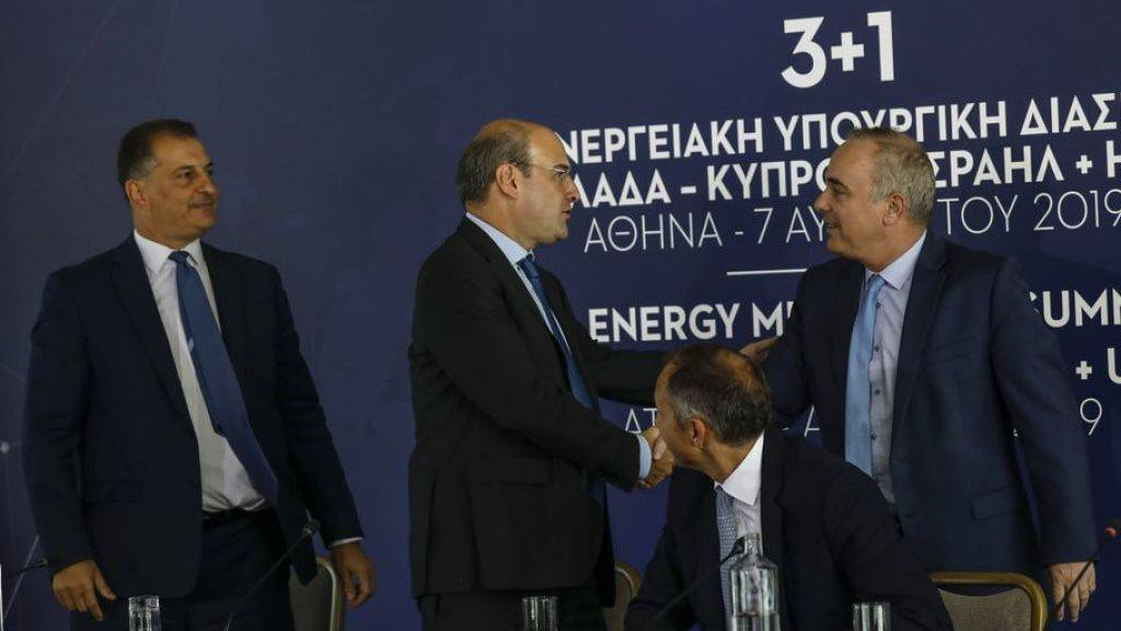 Der griechische Umwelt- und Energieminister Kostas Hatzidakis (2.v.l.) begrüsst den israelischen Energieminister Yuval Steinitz (rechts). Der US-Vize-Staatssekretär Frank Fannon (2.v.r.) und der zyprische Energieminister Georgios Lakkotrypis schauen dabei zu.