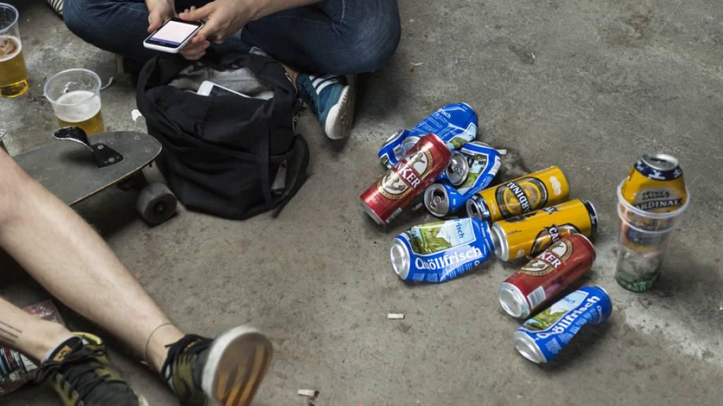 In der Schweiz ist der Verkauf von Bier und Wein an unter 16-Jährige sowie von Spirituosen an unter 18-Jährige gesetzlich verboten. Trotzdem wird bei Testkäufen in rund 30 Prozent aller Fälle gesetzeswidrig Alkohol an Minderjährige verkauft. Symbolbild)