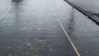 Überschwemmte Geleise: Auch Fernverkehrszüge sind vom Streckenunterbruch betroffen (Symbolbild)