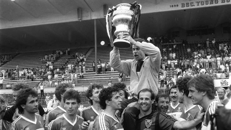 Die Spieler des FC Aarau bejubeln 1985 im Berner Wankdorfstadion ihren Cupsieg.