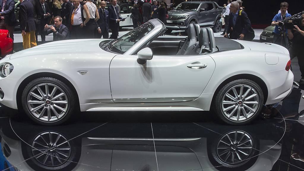 Der US-italienische Autobauer Fiat Chrysler (FCA) hat im dritten Quartal einen Milliardengewinn eingefahren. Im Bild der Fiat 124 Spider. (Archivbild)