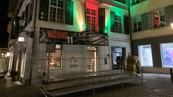 Am Freitag und Samstag wird der Kronenplatz von diese Bühne aus beschallt.