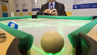 Eine von 765 Erfindungen an der Messe in Genf: Billard-Tisch, der die Kugel-Spur aufzeigt