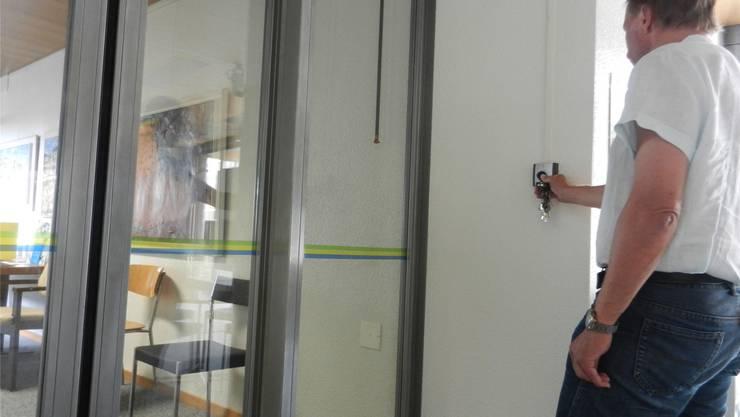 In Zuchwil kann das Dienstleistungszentrum nur noch betreten werden, wenn die Schleuse vorher geöffnet wird.rm