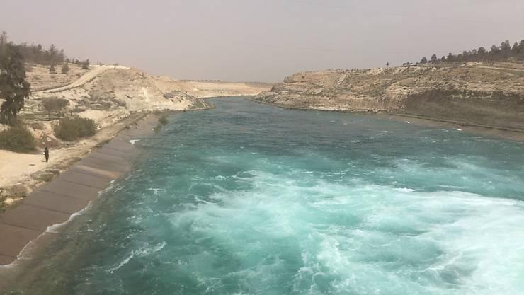 Tod im Fluss Euphrat: Fliehende Zivilisten nahe der syrischen Stadt Rakka sollen bei Luftangriffen auf ihre Boote ums Leben gekommen sein. (Archivbild)