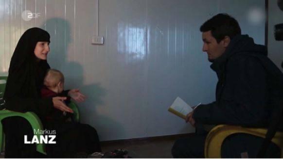 Der Journalist Kabisch im Gespräch mit Leonora, die mittlerweile zwei Kinder hat.