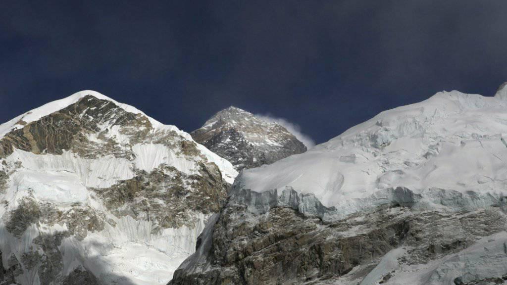 """Der """"Stau"""" von Rekordhungrigen auf dem höchsten Gipfel der Welt gilt als einer der Gründe, warum sich die Todesfälle unter Bergsteigern am Mount Everest häufen."""