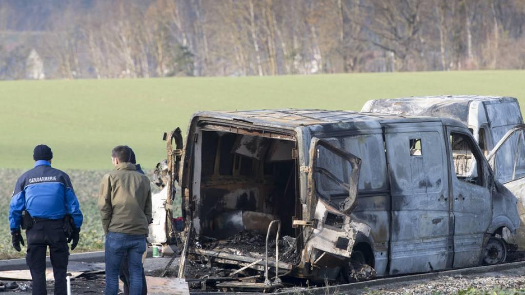 Ausgebrannte Fahrzeuge nach dem Überfall auf einen Geldtransport in Daillens VD im Dezember 2019. (Archivbild)