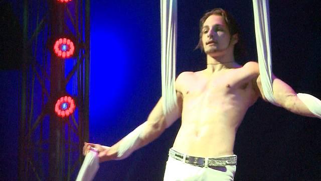 Francesco Nock schwebt an Tüchern durchs Zirkuszelt: Dieses Video zeigt den Artisten bei seiner Nummer an der Premiere am 14. März 2015 in Frick AG.