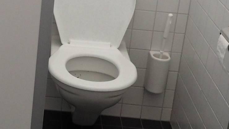 Ein Mann sprengt eine WC-Schüssel in einer Disco in die Luft.