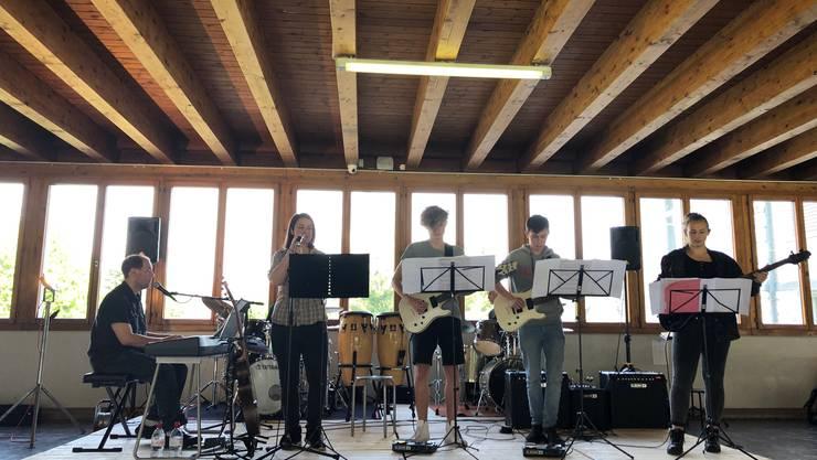"""Band der Musikschule Niedergösgen spielt """"Eye of the Tiger"""""""