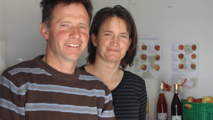 Rudolf und Barbara Neeser in ihrem Hofladen «Obschthüsli», wo sie Süssmost, Tafelobst, Sirup, Konfitüre und Dörrobst verkaufen. EMB