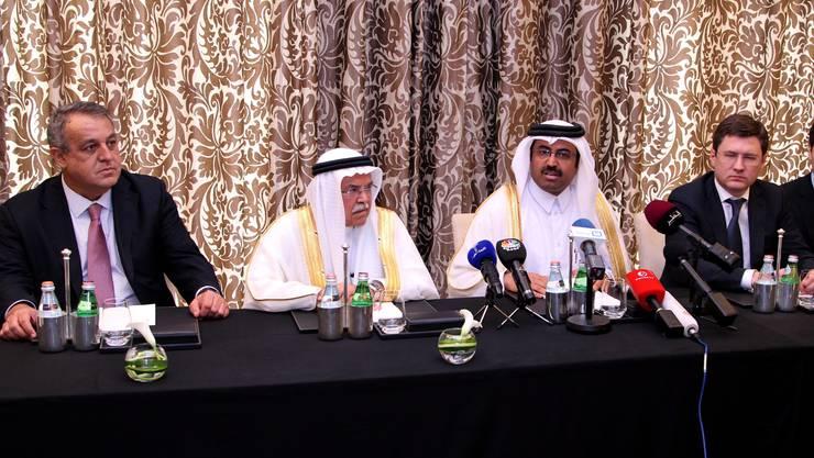 Venezuelas Ölminister Eulogio Del Pino, Saudi-Ölminister Ali al-Naimi, Katars Ölminister Mohammed Saleh al-Sada und Russlands Energieminister Alexander Novak an der Pressekonferenz in Doha.