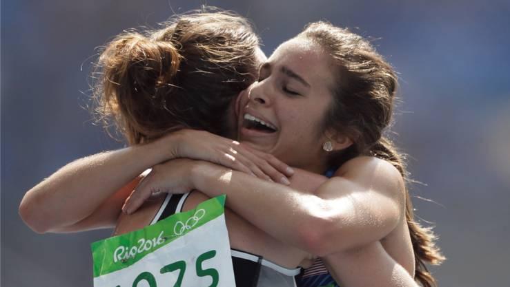 Nikki Hamblin (links) und Abbey D'Agostino (rechts) stürzen erst und setzen das Rennen dann gemeinsam fort.