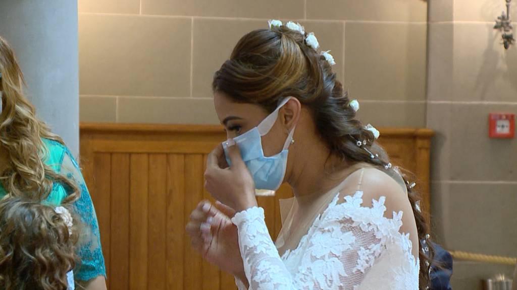 Hochzeit mit Maske: Maskenpflicht in städtischen Gebäuden in Zürich