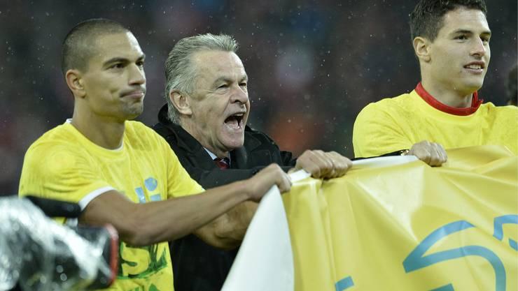 Verdienter Jubel: Ottmar Hitzfeld mit seinen Spieler nach dem 1:0 gegen Slowenien.