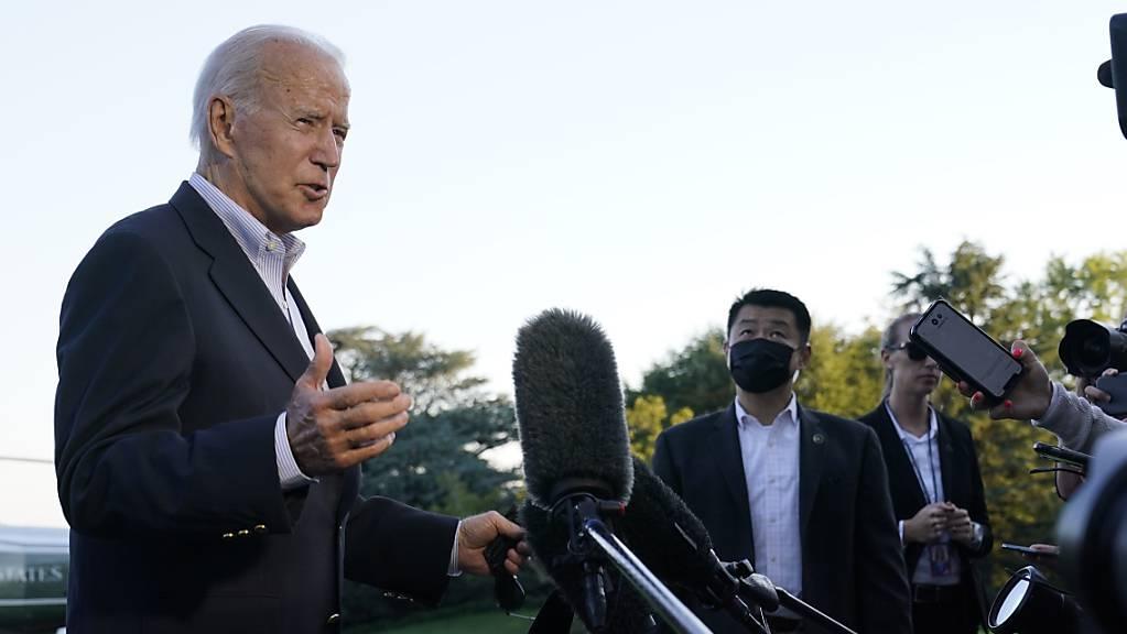 US-Präsident Joe Biden spricht mit Reportern. Berichten zufolge will Biden im Kampf gegen das Coronavirus eine Impfpflicht für Angestellte der Bundesregierung verfügen. Das berichteten am Donnerstag etwa der Sender CNN und die «Washington Post» unter Berufung auf Regierungskreise. Foto: Susan Walsh/AP/dpa