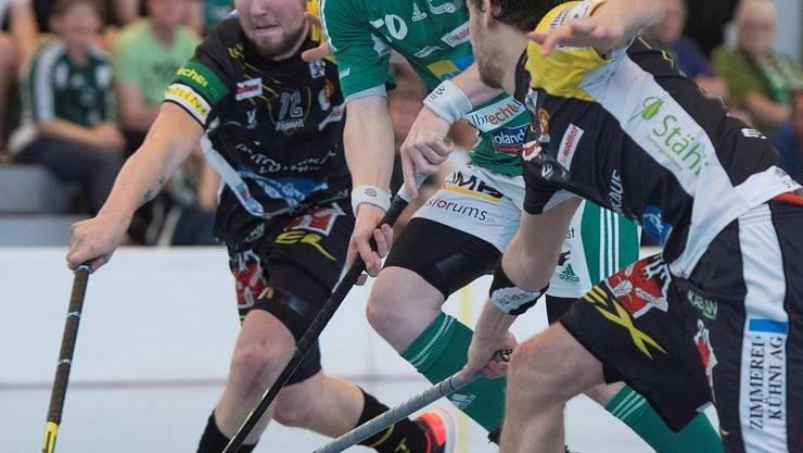 Patrick Mendelin (M.) kämpft im Playoff-Final gegen die Tigers Langnau erfolgreich um den Ball.Marcel Bieri