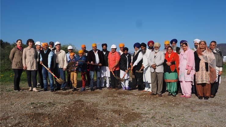 Architekten, Bauherren, Bauleiter sowie die Angehörigen der Sikh-Gemeinde haben sich zum Spatenstich versammelt. Bruno Kissling