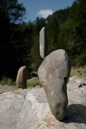 Daniel Hirs Kunstwerke bestehen aus Steinen, die aufeinander balanciert werden.