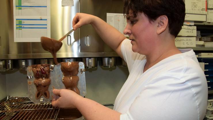 Yvonne Vögele füllt die Grand-Cru-Schokolade in die Form