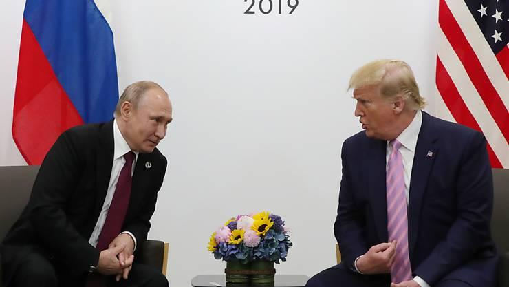 """Der russische Staatschef Putin und US-Präsident Trump scherzten am Rande des G20-Gipfels in Osaka über Wahlmanipulationen und """"Fake News""""."""