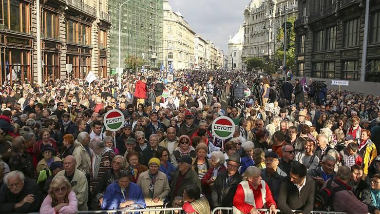 Dem Aufruf der Oppositionsparteien zum Protest gegen die Regierung folgten Tausende Ungarinnen und Ungarn..