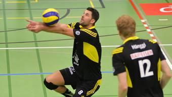 Sébastien Chevallier am Ball, beobachtet von Christoph Hänggi.