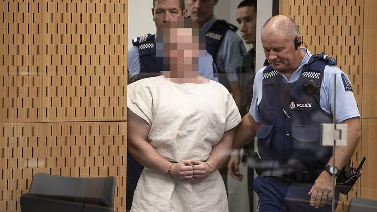 Einen Tag nach den Terroranschlägen auf zwei Moscheen im neuseeländischen Christchurch ist der 28-jährige Australier Brenton Tarrant am Samstag offiziell des Mordes beschuldigt worden.