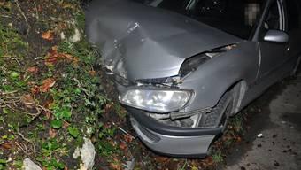 Der Lenker kollidierte mit einer Felswand - das Auto hat einen Totalschaden.