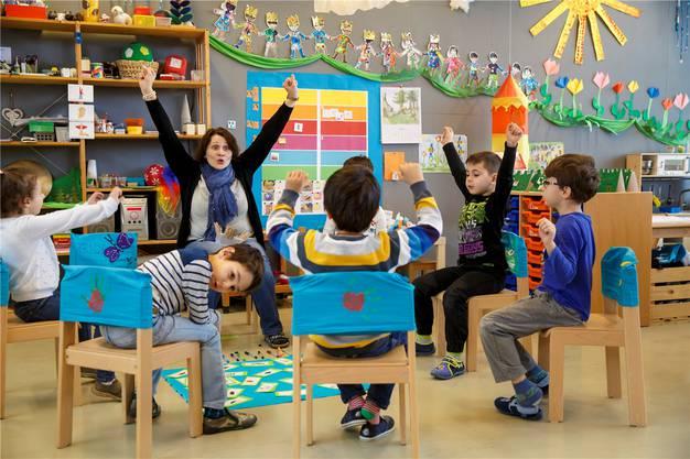 Deutschzusatzunterricht für Kindergärteler: Lehrerin Iris Leuenberger begeistert ihre«Schützlinge» für Schwyzerdütsch und Schriftdeutsch gleichermassen.