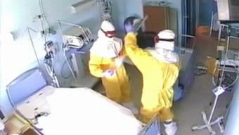 Desinfektions-Team im Einsatz im Spital von Madrid nach Ebola-Fall (Archivbild).