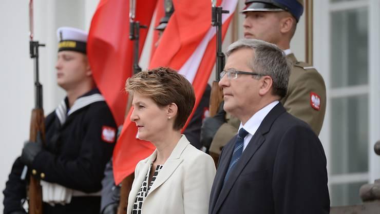 Polens Präsident Bronislaw Komorowski empfängt Bundespräsidentin Simonetta Sommaruga im Belvedere Palast in Warschau.