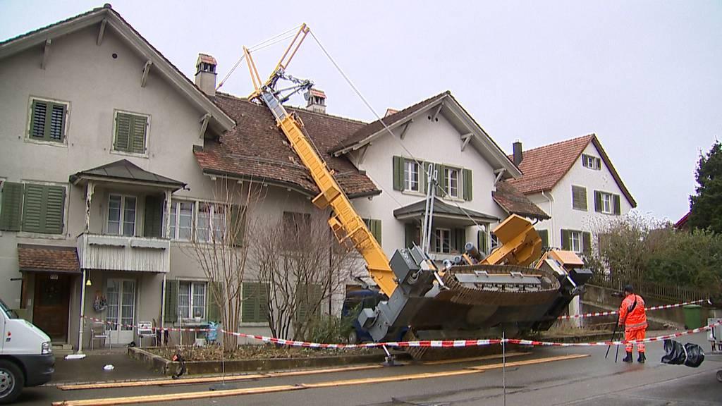 Rafz ZH: Baukran stürzt auf Hausdach