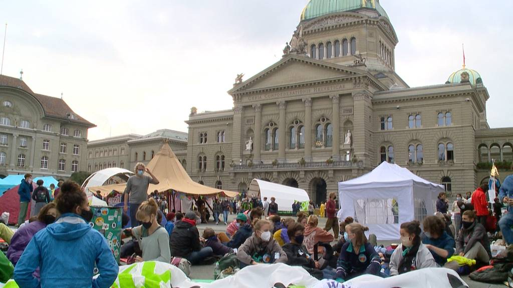 Vorerst geduldet: Klimaaktivisten besetzen Bundesplatz