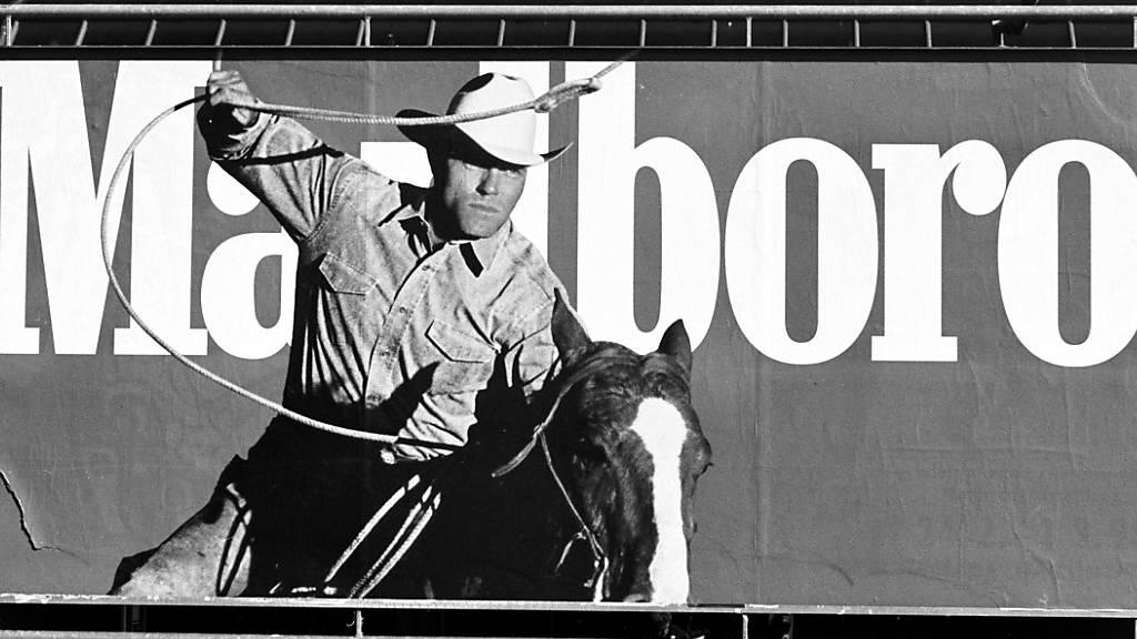 Der Marlboro-Mann als frühere Werbefigur der Zigarettenmarke Marlboro: Eine Volksinitiative will Tabakwerbung im öffentlichen Raum verbieten. Am Mittwoch diskutiert der Nationalrat darüber. (Archivbild)