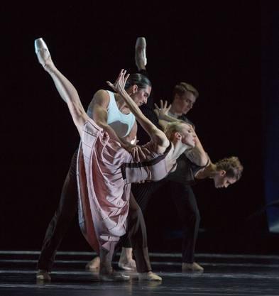 Martin Schläpfers «Cellokonzert»: Als würden die Tänzerinnen und Tänzer die Nähe noch einmal auskosten wollen, doch es ist schon vorbei.