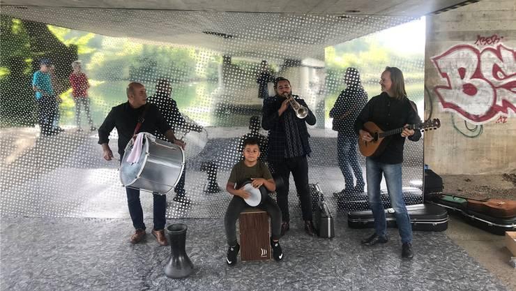 Ssassa (von links: Kadir Erdogan, Mecid Zekirov, Denis Zekirov und Christian Fotsch) spielten unter der Brücke am Limmatufer. Dort erweitert derzeit die Kunstinstallation «Eintauchen» die Limmat mit optischen Tricks bis auf den Uferweg.