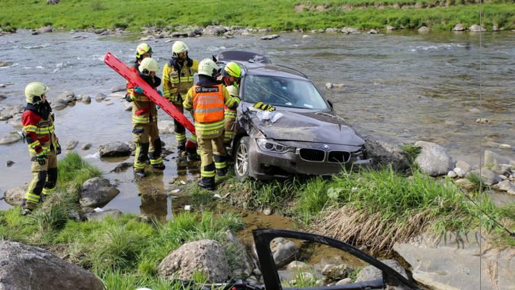 Sihlbrugg ZG, 21. April: Ein Autofahrer hat die Kontrolle über sein Auto verloren. Dieses landete in der Sihl. Der 74-jährige Lenker wurde bei dem Unfall leicht verletzt, seine 86-jährige Beifahrerin erlitt erhebliche Verletzungen.