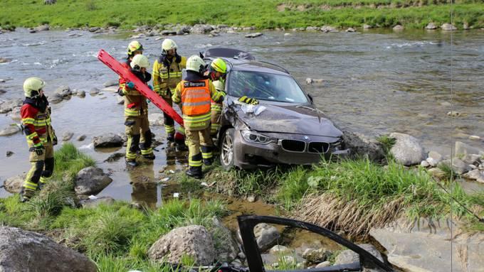 Ein Autofahrer hat die Kontrolle über sein Auto verloren. Dieses landete in der Sihl.